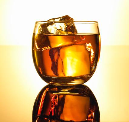 ウィスキー「Whiskey and ice in a glass.」:スマホ壁紙(12)