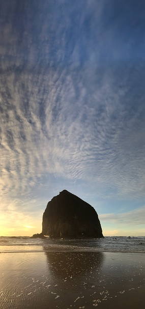Cannon Beach「Sunset clouds, Haystack Rock, Cannon Beach, Oregon Coast」:スマホ壁紙(10)