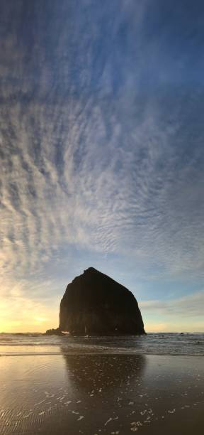Sunset clouds, Haystack Rock, Cannon Beach, Oregon Coast:スマホ壁紙(壁紙.com)