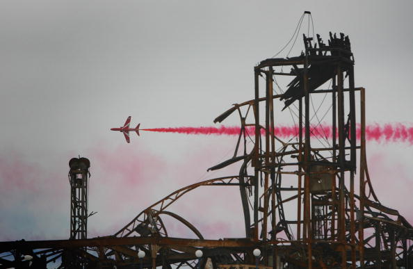 Weston-super-Mare「Red Arrows Fly Over Burnt Remains Of Weston Super Mare Pier」:写真・画像(5)[壁紙.com]