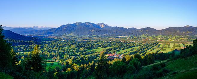 Brauneck「Panoramic shot of Sonntraten with mountains in background at Isarwinkel, Upper Bavaria, Bavaria, Germany」:スマホ壁紙(6)