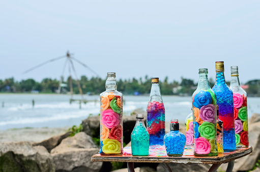 アラビア海「Decorated glass bottles with colorful roses」:スマホ壁紙(11)