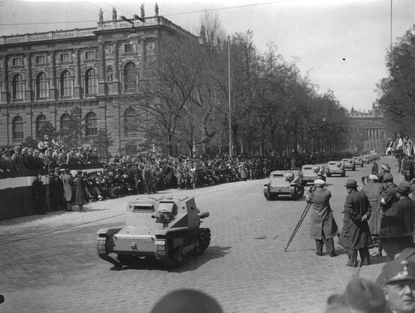 Land Vehicle「The Spring Parade Of The Austrian Army On The Ringstrasse Near The Natural History Museum. About 1936. Photograph.」:写真・画像(18)[壁紙.com]