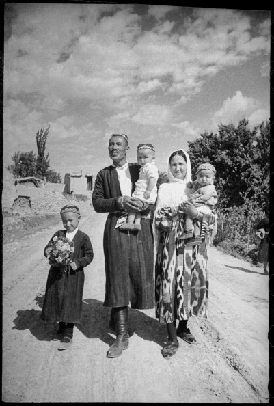 Central Asia「Young Family」:写真・画像(0)[壁紙.com]