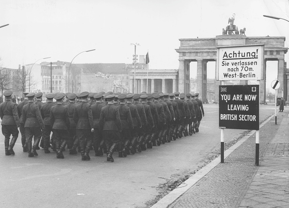 West Berlin「Soldiers At Wall」:写真・画像(19)[壁紙.com]