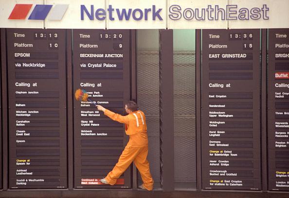 Dust「Cleaning destination board at London Victoria station. C1993」:写真・画像(16)[壁紙.com]