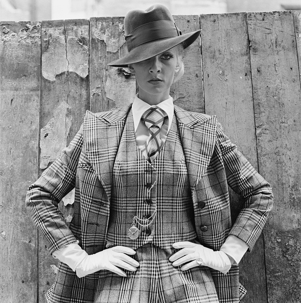 Full Suit「Vicki Hodge In Checks」:写真・画像(2)[壁紙.com]
