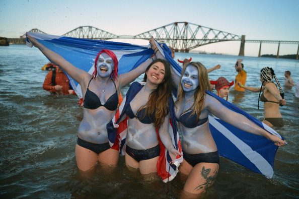 New Year「Swimmers Brave The Loony Dook New Years Day Swim By Forth Bridge」:写真・画像(16)[壁紙.com]