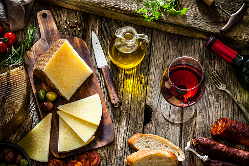 Cutting Board「Spanish food: Manchego cheese, spanish chorizo and red wine on rustic wooden table」:スマホ壁紙(0)