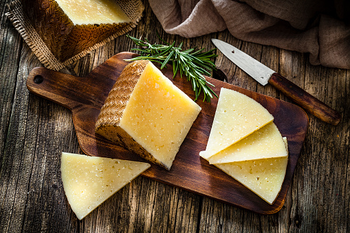 Delicatessen「Spanish food: Manchego cheese on rustic wooden table」:スマホ壁紙(5)