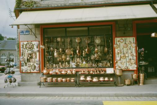 Building Exterior「Storefront selling kitchenware in Villedieu les Poeles, France」:スマホ壁紙(13)