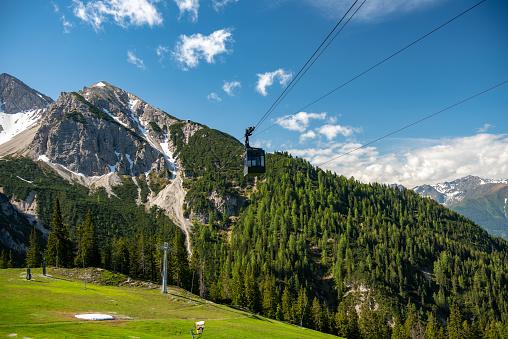 北チロル「ケーブルカーは、オーストリア アルプスのコースや Rosshütte の中間駅に到着」:スマホ壁紙(5)