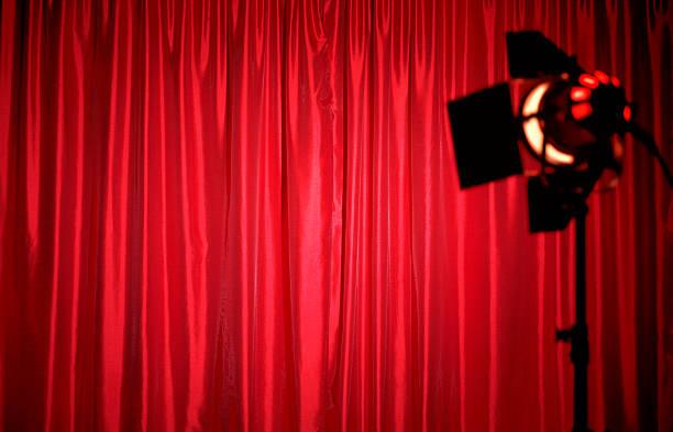 Closed red silk theatre curtains with spotlight:スマホ壁紙(壁紙.com)