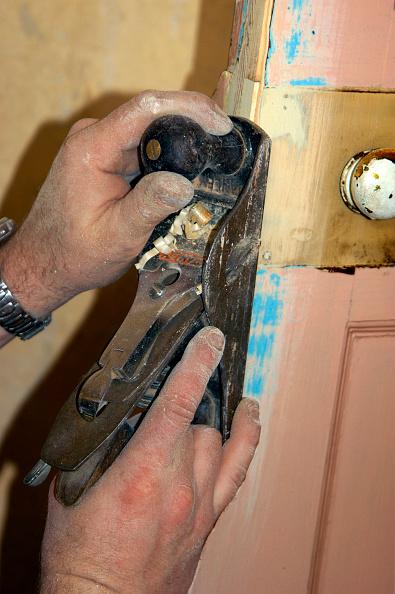Carpentry「Using a planer on a door edge」:写真・画像(4)[壁紙.com]