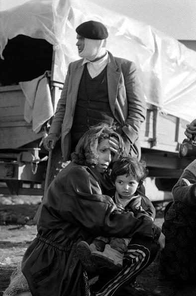 Tom Stoddart Archive「Albania, nr Kukes, refugees resting on road side by truck (B&W)」:写真・画像(18)[壁紙.com]