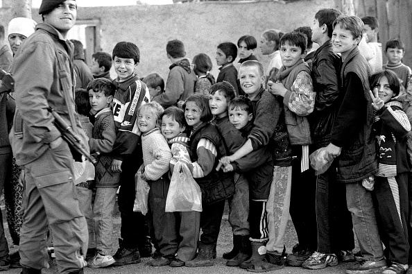 14-15 Years「Albania, Kukes, children queuing at refugee camp (B&W)」:写真・画像(2)[壁紙.com]