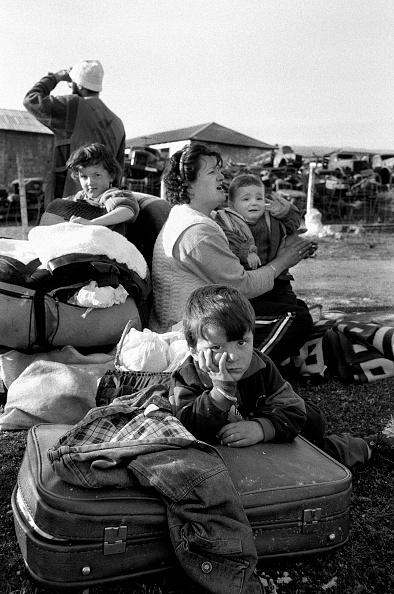 Elementary Age「Albania, nr Kukes, refugees in on roadside (B&W)」:写真・画像(6)[壁紙.com]