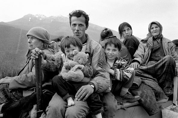 Tom Stoddart Archive「Albania, refugees on road nr Kukes (B&W)」:写真・画像(18)[壁紙.com]