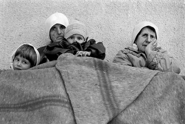 Support「Albania, Kukes, refugee camp, family sheltering under blankets (B&W)」:写真・画像(10)[壁紙.com]