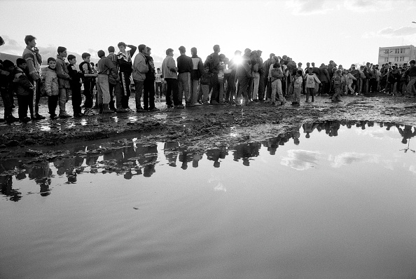 Waiting In Line「Albania, Kukes, refugees standing in line in camp (B&W)」:写真・画像(17)[壁紙.com]