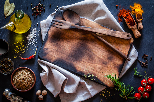 Bay Leaf「Old wooden cutting board with spices and herbs on dark kitchen table」:スマホ壁紙(9)