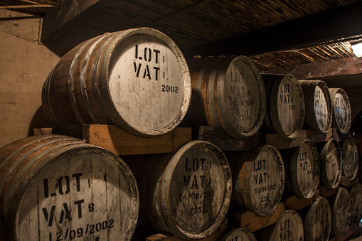 Whiskey「Old wooden barrels at a whisky distillery」:スマホ壁紙(6)