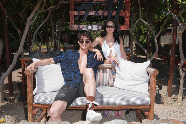 Camila Mendes「Poolside with H&M at The Sparrows Lodge」:写真・画像(0)[壁紙.com]