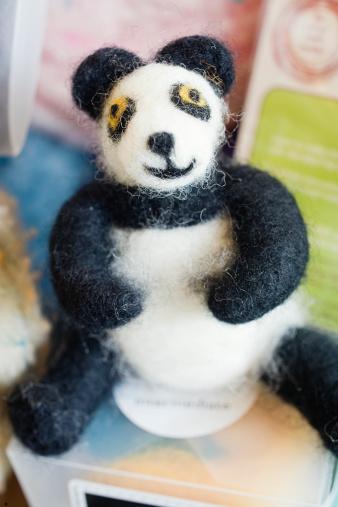 パンダ「Handmade Needle Felted Panda in Craft Store」:スマホ壁紙(12)