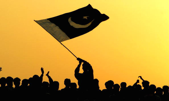 Pakistan「Pakistanis And Indians Gather To Watch Flag Lowering Ceremony At Border」:写真・画像(13)[壁紙.com]