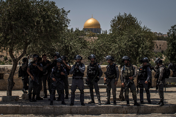 Alertness「Friday Prayers Are Held At Al Asqa Mosque As Tension Grows Over Recent Clashes」:写真・画像(9)[壁紙.com]