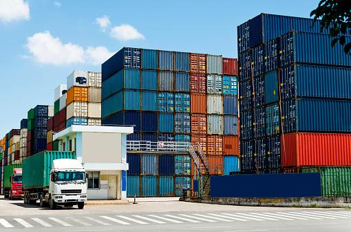 Pier「Truck transport container leaving the harbor」:スマホ壁紙(14)