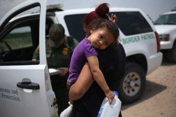 Parent「U.S. Agents Take Undocumented Immigrants Into Custody Near Tex-Mex Border」:写真・画像(7)[壁紙.com]
