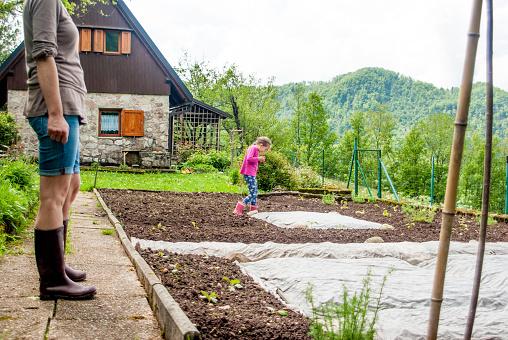 趣味・暮らし「Mother And Daughter Working In The Vegetable Garden - Springtime」:スマホ壁紙(16)