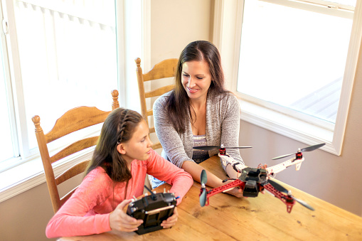 Helicopter「Mother and daughter looking at a drone quadcopter at home」:スマホ壁紙(17)