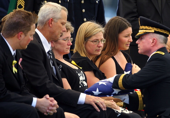 Alex Wong「Burial Held For Two Army Soldiers Killed In Iraq And Afghanistan」:写真・画像(17)[壁紙.com]
