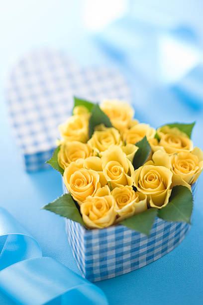 Yellow rose in heart shaped box:スマホ壁紙(壁紙.com)
