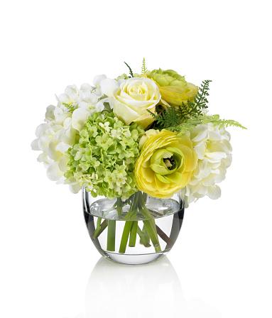 Flower Arrangement「ローズ、黄色のラナンキュラスとアジザイブーケを白背景」:スマホ壁紙(14)