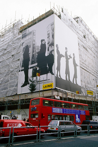 2002「Advertisement Hoarding covering a building under refurbishment in central London.」:写真・画像(18)[壁紙.com]