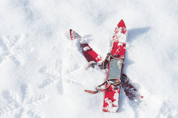Germany, pair of red children's ski on snow:スマホ壁紙(壁紙.com)