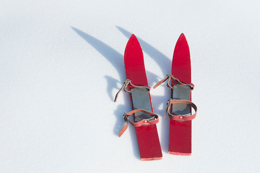 スキー「Germany, pair of red childrens ski on snow」:スマホ壁紙(9)