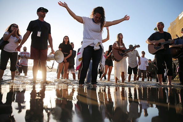 Religion「Faith Group Defies Distancing Orders To Worship At Newport Beach」:写真・画像(19)[壁紙.com]