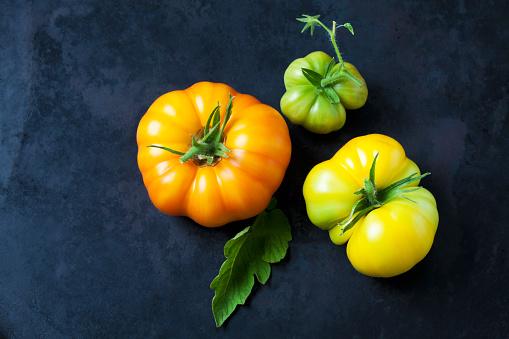 Beefsteak Tomato「Three Azoychka tomatoes on dark ground」:スマホ壁紙(19)