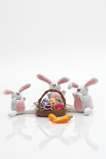 Easter Basket「Three white rabbits with carrots and basket of easter eggs」:スマホ壁紙(16)