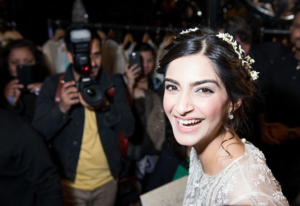笑顔「Bollywood Superstar & L'oreal Ambassador Sonam Kapoor Attends Divalicious London」:写真・画像(13)[壁紙.com]