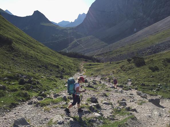 歩く「Hiking Across The Karwendel Mountain Range」:写真・画像(8)[壁紙.com]