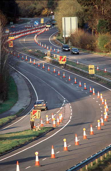Two Lane Highway「Coned off lanes for the tunnelling works on the Devils punchbowl Hindhead on the A3 road to Portsmouth, Hampshire, UK」:写真・画像(3)[壁紙.com]
