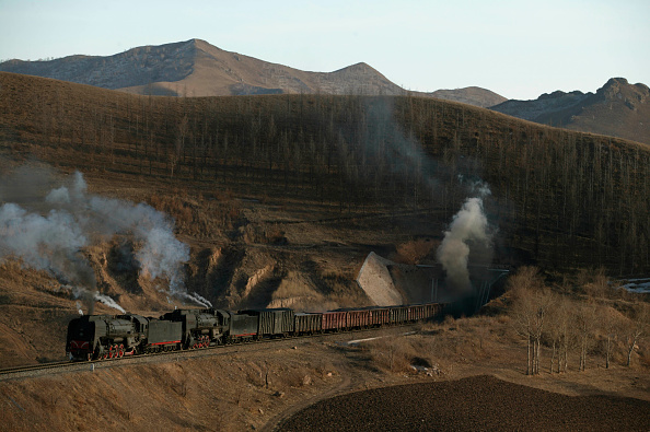 Extreme Terrain「The magical location at tunnel number four on the Jing Peng pass with two QJ 2-10-2s heading a Holoku to Daban freight leave wraiths of steam oozing from the tunnel mouth.」:写真・画像(3)[壁紙.com]