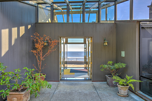 Front Door「Front door entry to house: Modern, luxurious skylight home by ocean in northern California」:スマホ壁紙(19)