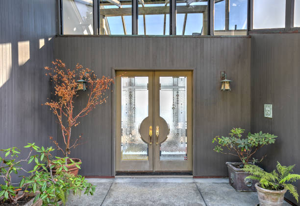 Front door entry to house: Modern, luxurious skylight home by ocean in northern California:スマホ壁紙(壁紙.com)