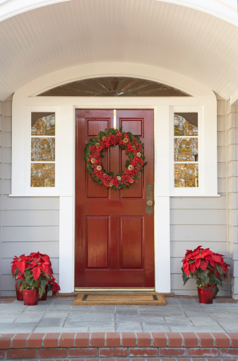 Front Door「Front door with wreath and poinsettias decoration」:スマホ壁紙(0)